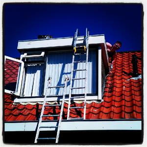 Steiger om dakkapel te schilderen